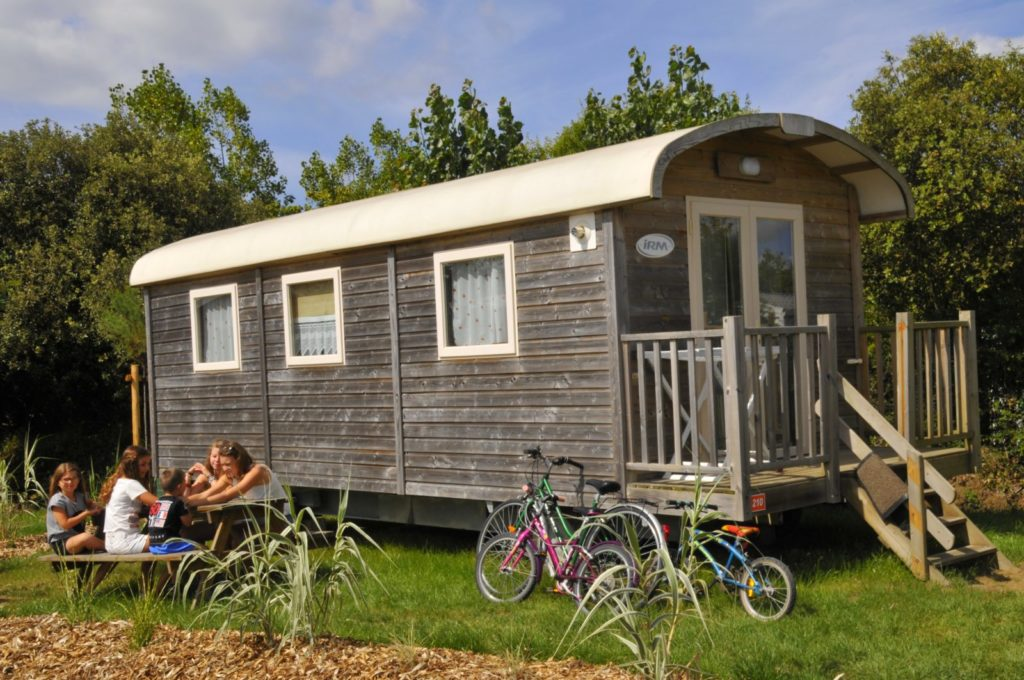 photo camping le petit paris en vendee roulotte